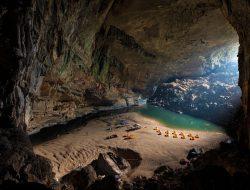 В Центральном Вьетнаме, в провинции Куангбинь, находится самая крупная пещера в мире — Шондонг. Ее название означает «пещера горной реки».