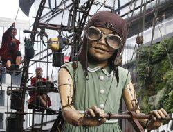 Необычный французский театр Royal de Luxe был основан в 1979 году. Он ездит по всему миру и устраивает уличные представления, а главными актерами выступают механические гигантские марионетки высотой до 15 метров, управляемые кукловодами.