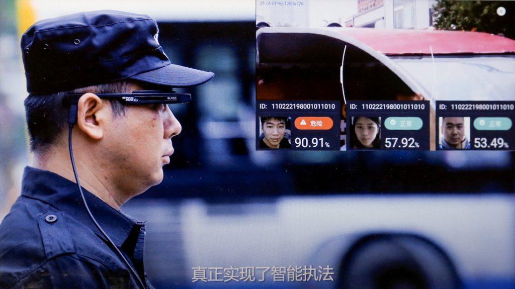 В китайских поездах предупреждают о снижении социального рейтинга за плохое поведение